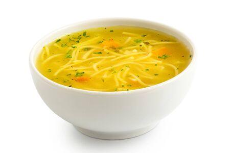 Soupe de nouilles au poulet instantanée dans un bol en céramique blanc isolé sur blanc.