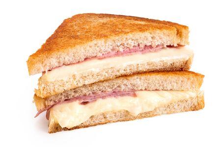 Klassischer Käse und Schinken geröstetes Sandwich halbieren isoliert auf weiss.