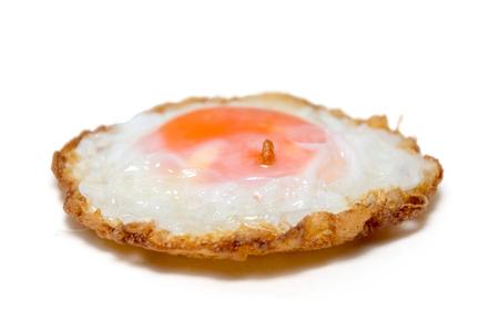 close-up van gebakken ei op witte plaat