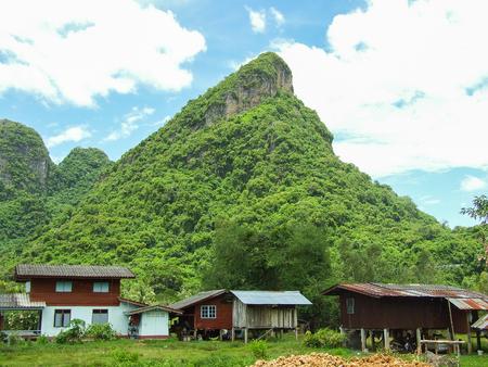 Berg en Thais stijlhuis in Phatthalung Thailand Stockfoto - 93311261