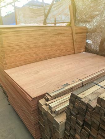 aus Sperrholz für den Bau im Baumarkt gestapelt