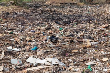 Müllhaufen auf der Baustelle nach der Zerstörung des Gebäudes Standard-Bild