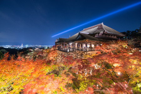 autumn colors: Kiyomizu dera in light up