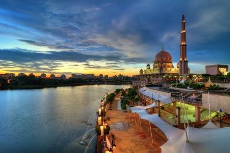 prayer tower: Moschea di Putra a Putrajaya, Malesia al crepuscolo