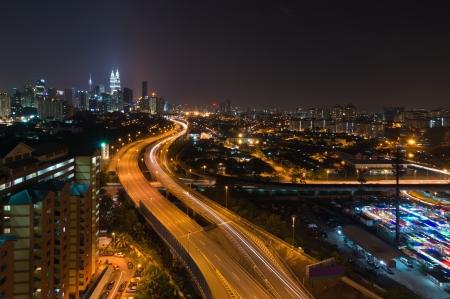 촉각 근: 상승 바쁜 고속도로의 야경은 말레이시아 쿠알라 룸푸르의 도시로 향하고