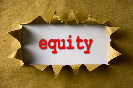 equidad: papel marr�n rasgado con equidad palabra Foto de archivo
