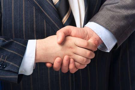 deacuerdo: Apret�n de manos aislada sobre fondo de negocio Foto de archivo