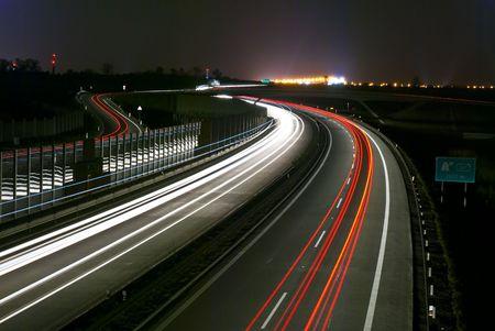 L'autoroute de nuit - une exposition à long lumière - les lignes