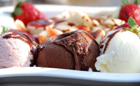 Eine Auswahl von Kugel Eis mit Früchten auf einem Teller  Standard-Bild - 2231112