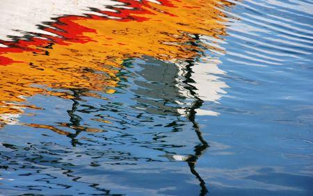 Wasser Hintergrundfarben. Die Farben sind von einem Fischerboot whice spiegelt sich auf dem Wasser.  Standard-Bild - 2449041