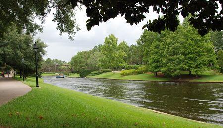 Mit Blick auf die Gärten eines Resorts in Orlando FL mit dem Fluss vorbei.  Standard-Bild - 3331982