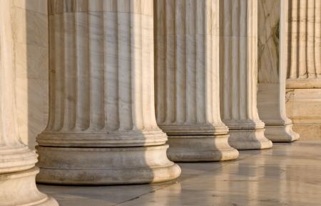 Kolumny w surowca z klasycznym budynku w Atenach