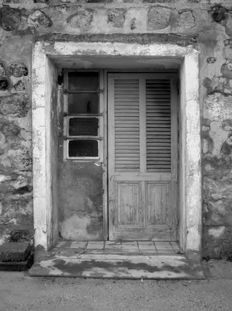 porte ancienne: Vieille porte en bois en noir et blanc.