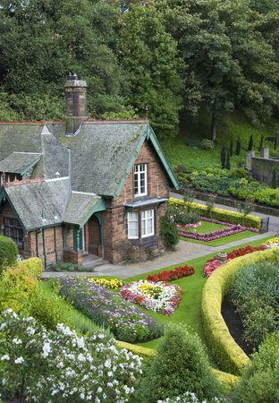 Small house with garden in Edinburgh from Princess Street gardens 版權商用圖片 - 5489968