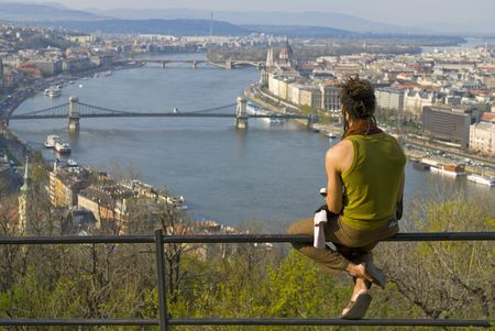 Mann, genießen Budapest von Gellért-Hügel.  Standard-Bild - 6879579