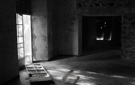 Verlassene Zimmer mit gebrochenen Tür und dramatischen Licht am Vereggaria Hotel, Prodromos, Zypern  Standard-Bild - 7720312