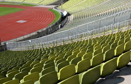 gradas estadio: Las filas de asientos del estadio vac�o de pl�stico, desde el estadio ol�mpico de Munich, Alemania