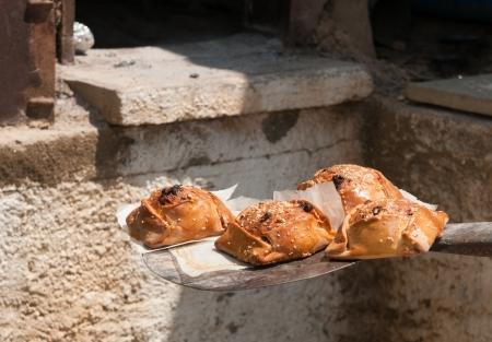 伝統的なキプロス イースターのチーズケーキ、flaounes、粘土のオーブンで調理された後ちょうど