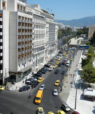 syntagma: Atene; Grecia - 28 Agosto: Paesaggio urbano di Atene con auto e taxi giallo vicino a piazza Syntagma il 28 agosto 2014 a Atene Grecia.