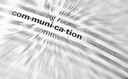 comunicar: Primer plano de la palabra comunicación con Radial borroneada aplica
