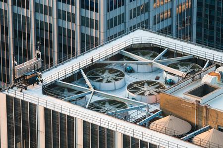 edificio industrial: En la azotea de un edificio de oficinas del rascacielos moderno, con grandes fans de agotamiento industrial Foto de archivo