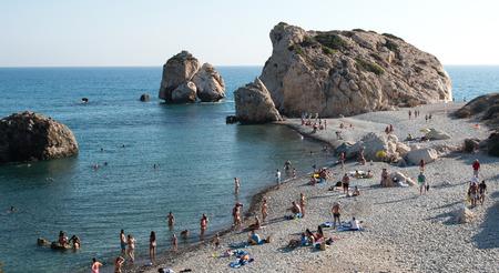 afrodita: Paphos, Chipre-27 de de julio de 2015: Los turistas nadar y relajarse en la famosa Roca de Afrodita playa en zona de Paphos en Chipre Editorial