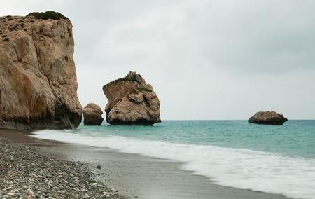 afrodita: paisaje marino famoso de la roca de la playa de Afrodita en zona de Paphos en Chipre en invierno.