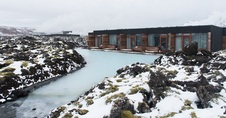 blue lagoon: Luxury houses for healthy Spa body treatment at Blue lagoon lake in Iceland Archivio Fotografico