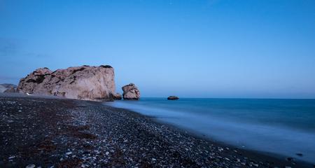 the aphrodite: Roca de Afrodita o de Petra Romiou es el lugar de nacimiento del dios de la belleza en Paphos zona de Chipre Foto de archivo