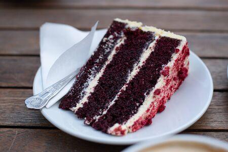 Rebanada de pastel de bayas delicioso y sabroso en un plato