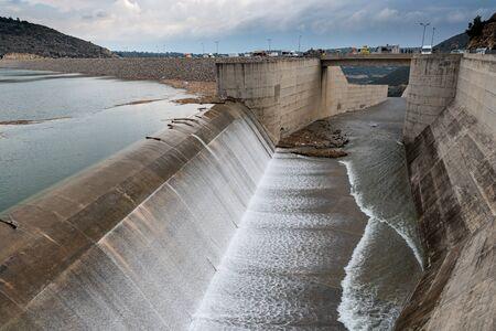 Der Überlauf des Damms von Kouris, dem größten Damm im Distrikt Limassol, Zypern.