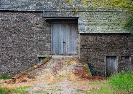 Exterior of the entrance of a beautiful traditional british farmhouse. Foto de archivo