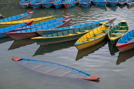 Colored wooden boats Phewa lake, Fewa lake, Podhara Nepal Banque d'images