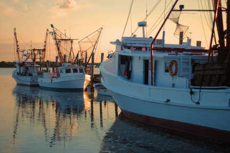 prawn: Barcos del camar�n en el amanecer Foto de archivo