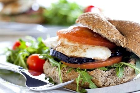 Fotografie eines vegetarischen Sandwich mit Auberginen mit Tomaten und Mozzarella gemacht Lizenzfreie Bilder