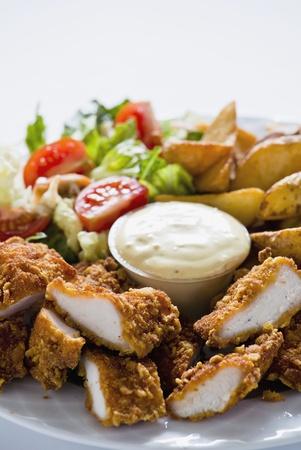 nuggets de poulet: Photographie de d�licieux repas avec pommes de terre nuggets de poulet et salade