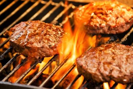 Fotografie von drei leckeren Rindfleisch-Burger auf dem Grill