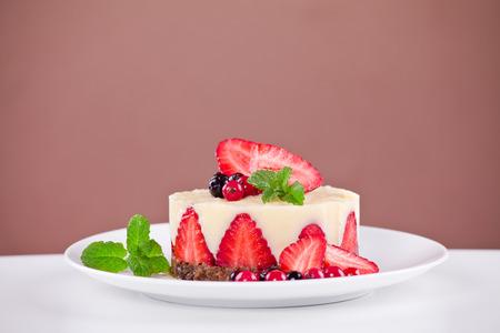 Close up of a vanilla cream and strawberries dessert Standard-Bild