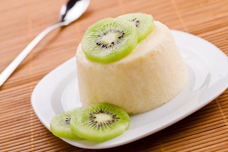 kiwi fruta: Cierre de fotograf�a de un Panna cotta dulce con el kiwi Foto de archivo