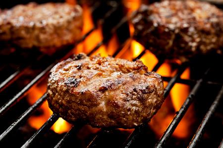 Nahaufnahme von drei Burger auf den Grill