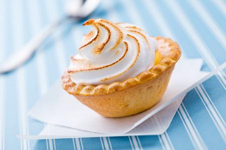pie de limon: Cerca de una pequeña tarta de limón fresco y dulce