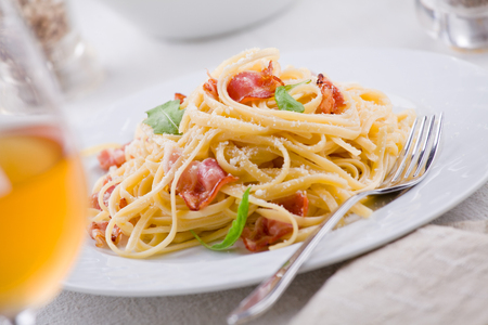 queso rayado: Plate of carbonara pasta with bacon and grated cheese Foto de archivo