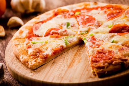 peperoni: Close up of a tasty homemade peperoni pizza