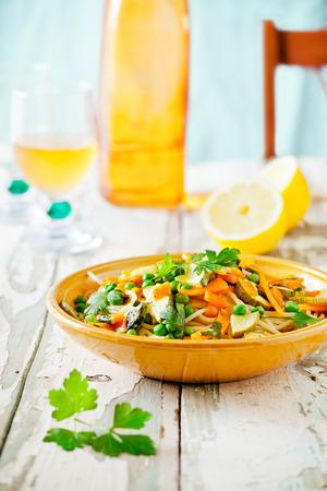 Teller mit Nudeln mit gegrillten Zucchini und Karotten mit Kräutern Lizenzfreie Bilder
