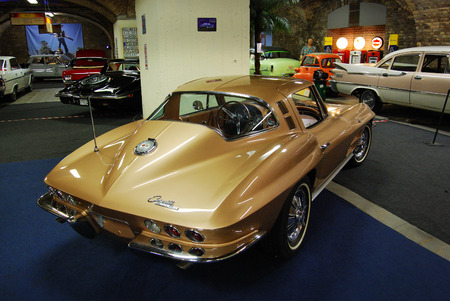 dream car: Chevrolet Corvette Sting Ray en el Museo coche ideal, Budapest, Hungr�a Editorial