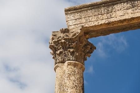 lintel: Ancient vertical columns with capitals and lintel along the Roman road in Jerash, Jordan