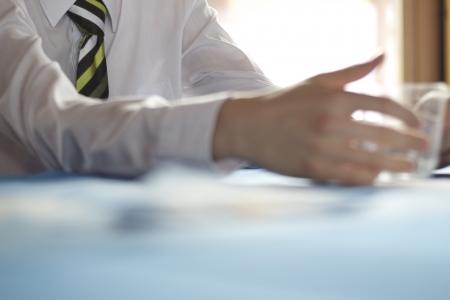 Iş toplantısında masada Mans kol oluyor