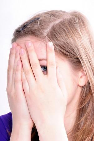 making faces: Studio Immagine di una bella ragazza che si affaccia, isolata su sfondo bianco Archivio Fotografico