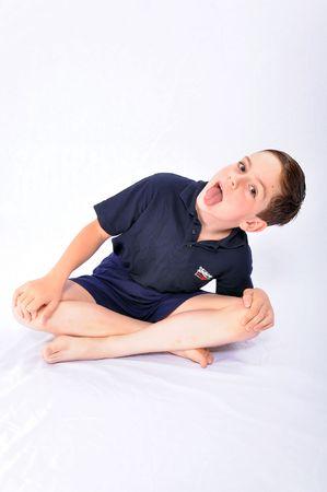 making faces: Studio shot di un ragazzo facendo smorfie, isolato su sfondo bianco