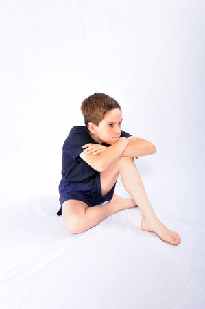 making faces: Colpo di studio di un giovane ragazzo, rendendo le facce, isolati su sfondo bianco